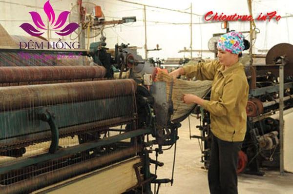 Công đoạn cho sợi cói vào máy để sản xuất chiếu